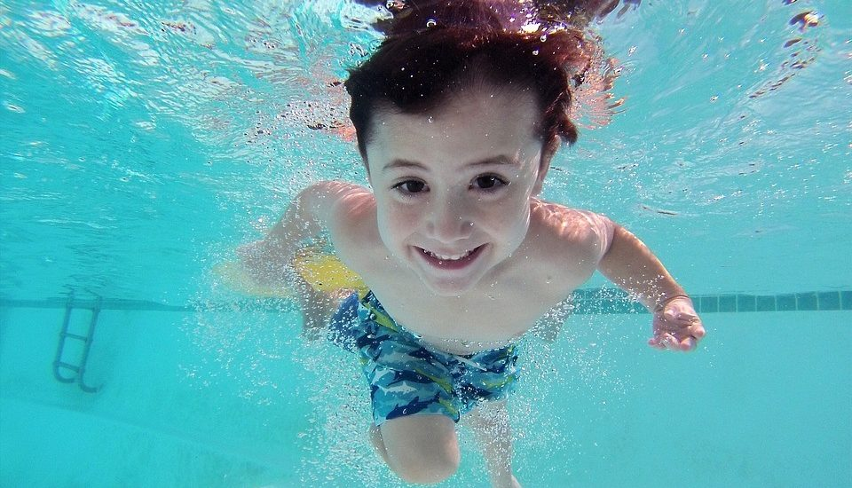 niño-en-la-piscina